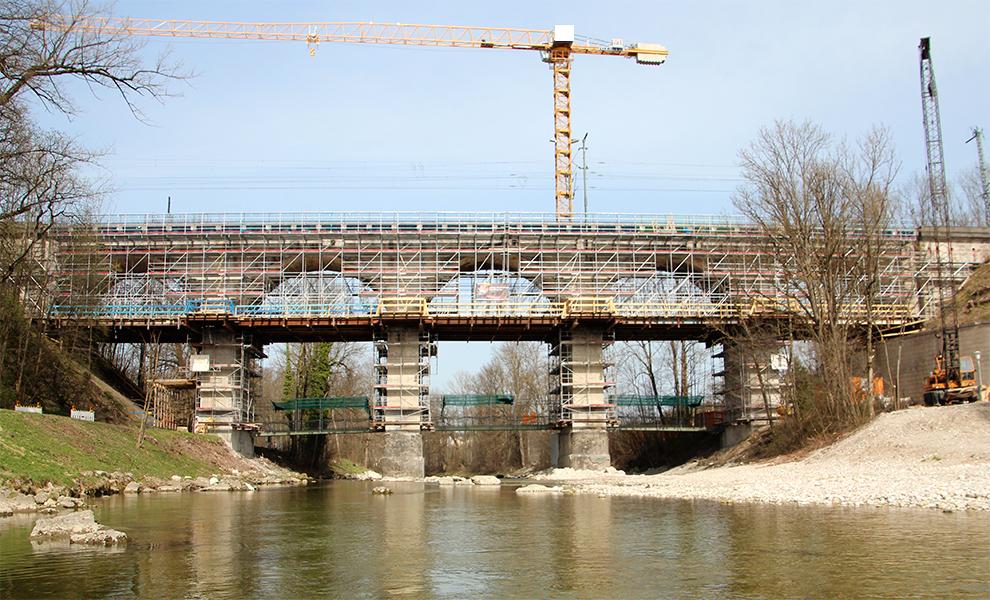 Eine Sonderkonstruktion an einer Brücke.