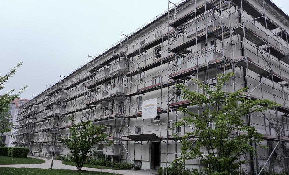 Fassadengerüst an einem Gebäude.